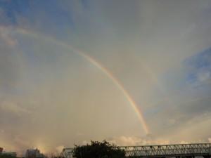 うっすら写っている外側の虹が副虹です★