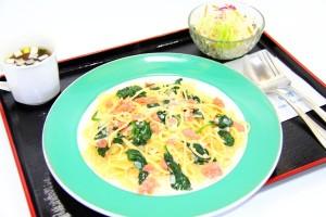 スモークサーモンとほうれん草のクリームソーススパゲッティー(サラダ付)